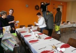Décoration de la table pour la fête de Noël des personnes âgées de la commune